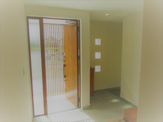 ルーバーの陰影が美しい玄関ホール。