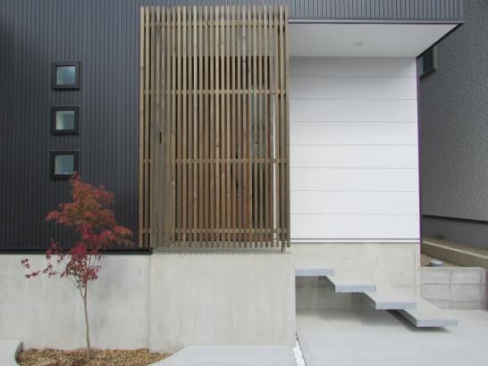 ルーバーはウッドロングエコという自然素材塗料を使用。