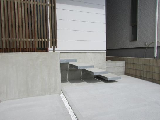 コンクリート階段を浮かせたエントランス。